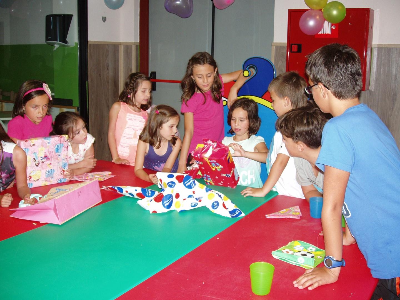 Niños disfrutando de la merienda tras el cumple miscto del chiquipark de logroño paintball ociorioja
