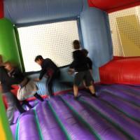 Niños disfrutando de los hinchables en un cumpleaños infantil