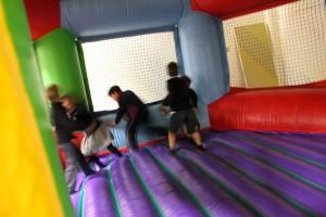 Niños pasándoselo en grande en el Cumple Hinchables. Cumpleaños infantiles en logroño de paintball ociorioja.