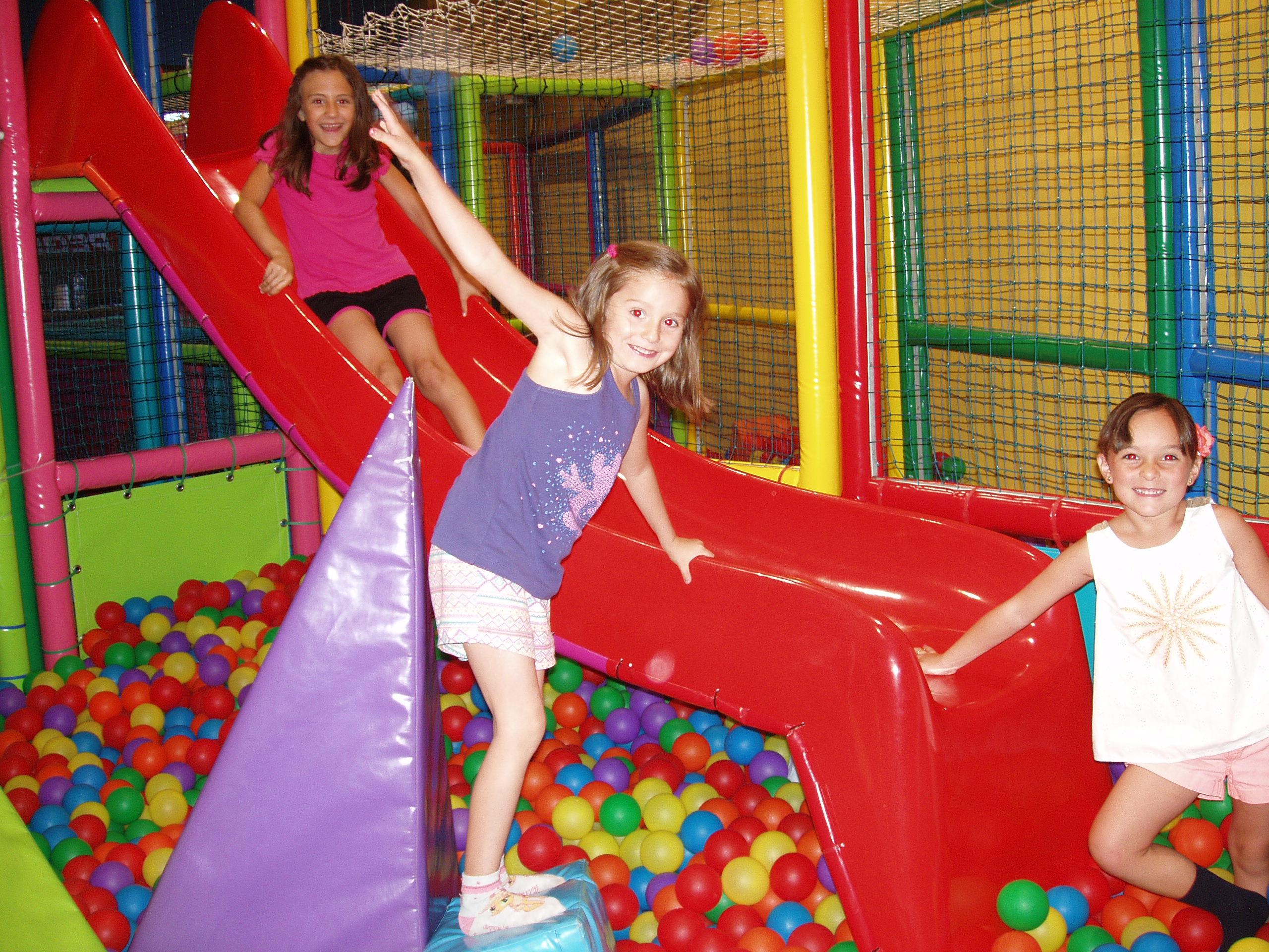 Niños disfrutando en el En el castillo de bolas del Cumple Mixto Pequeball